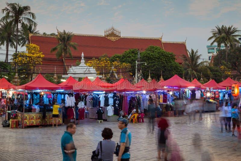 La gente al mercato di notte a Vientiane immagine stock libera da diritti