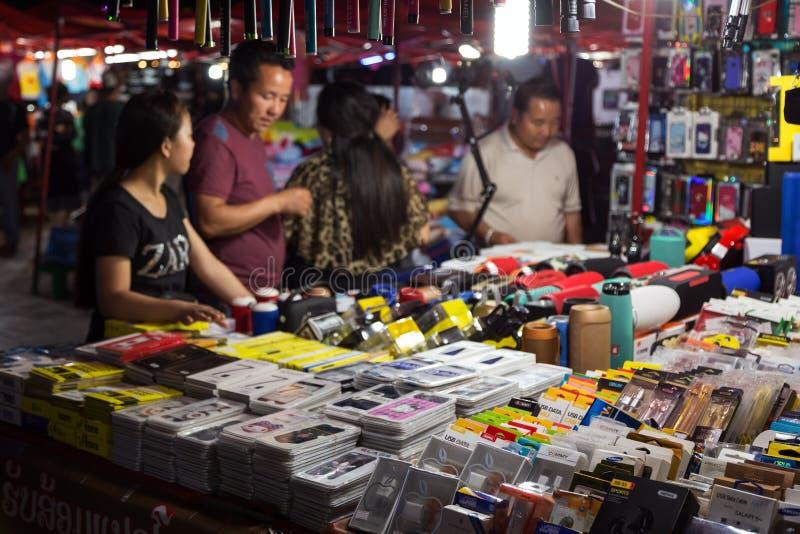 La gente al mercato di notte a Vientiane immagini stock