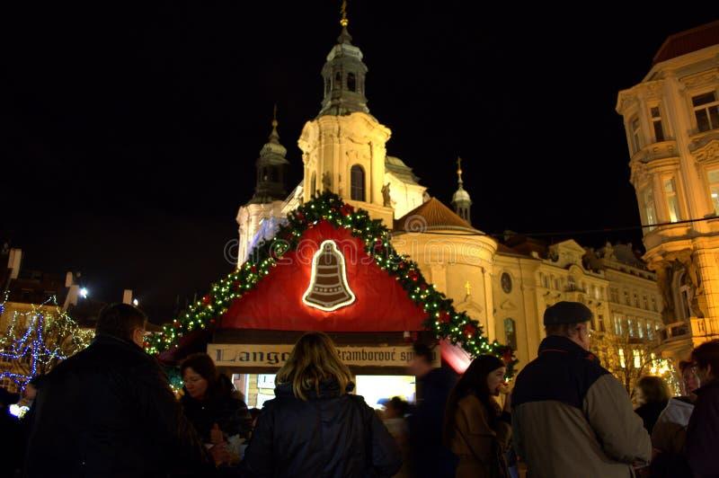 La gente al mercato Praga di Natale immagini stock libere da diritti