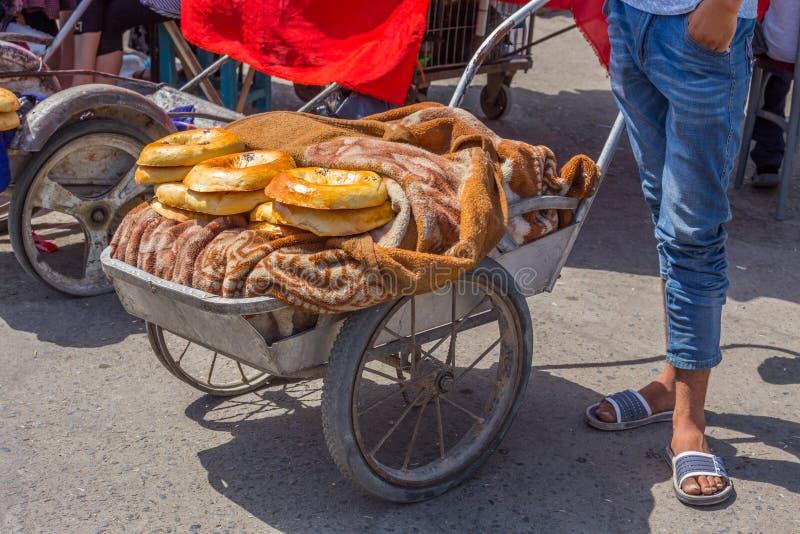 La gente al mercato a Samarcanda, l'Uzbekistan fotografie stock libere da diritti