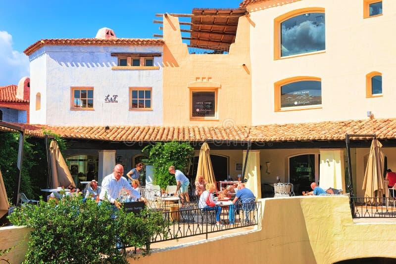 La gente al ristorante della via di Porto Cervo Sardegna fotografie stock libere da diritti