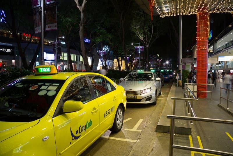 Download La Gente Al Supporto Di Taxi Alla Strada Del Frutteto Fotografia Editoriale - Immagine di orientale, negozio: 56891106