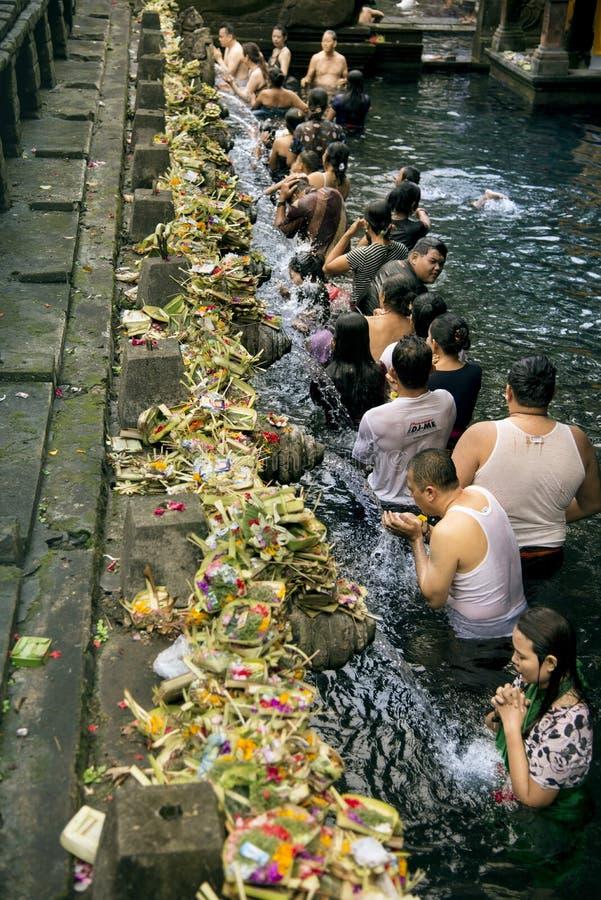 La gente al tempio dell'acqua santa fotografia stock