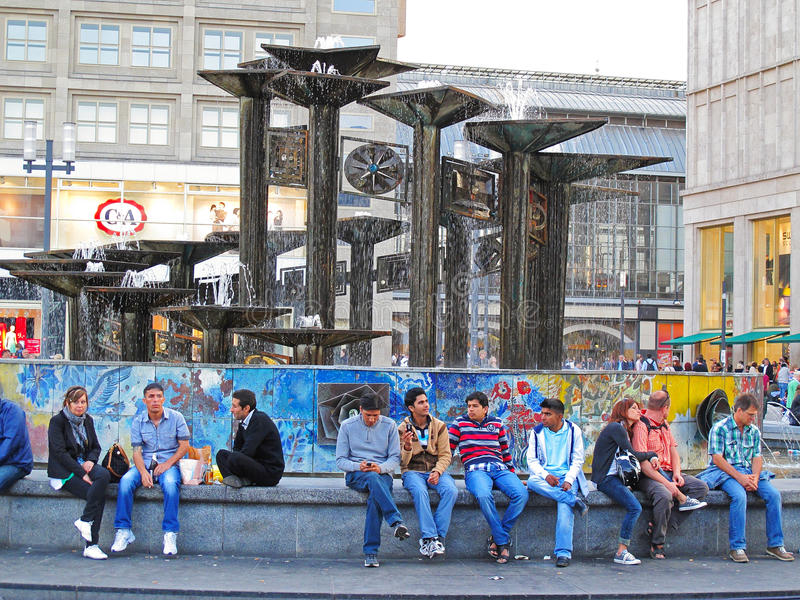 La gente a Alexanderplatz, Berlino fotografia stock libera da diritti