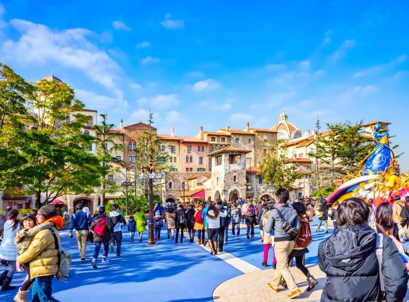 La gente all'entrata del mare di Tokyo Disney fotografia stock