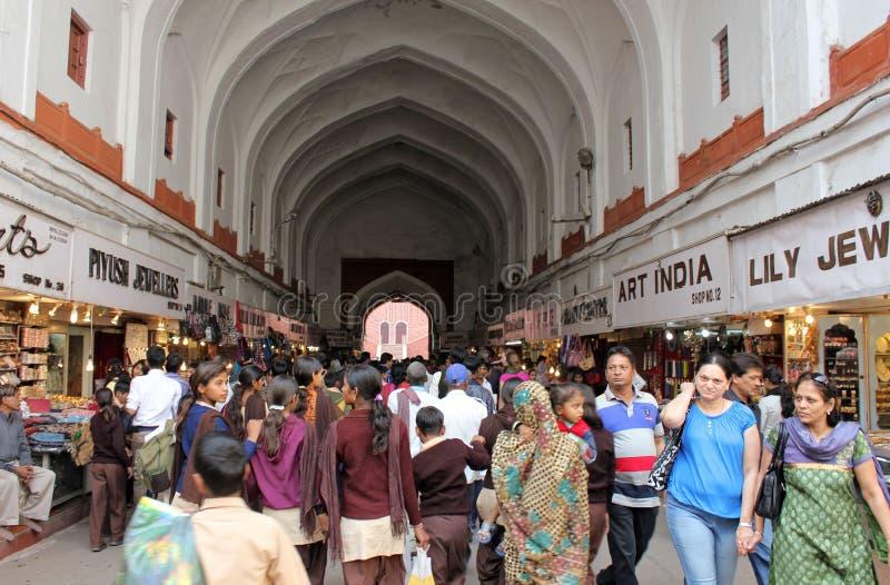 La gente all'entrata rossa di Foret, India fotografia stock
