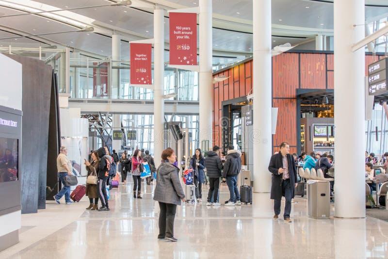 LA GENTE ALL'INTERNAZIONALE AIRPOT, TERMINALE 1 DI TORONTO PEARSON immagini stock libere da diritti