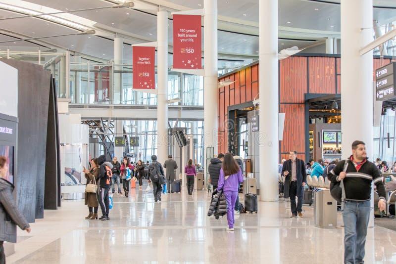 LA GENTE ALL'INTERNAZIONALE AIRPOT, TERMINALE 1 DI TORONTO PEARSON fotografia stock