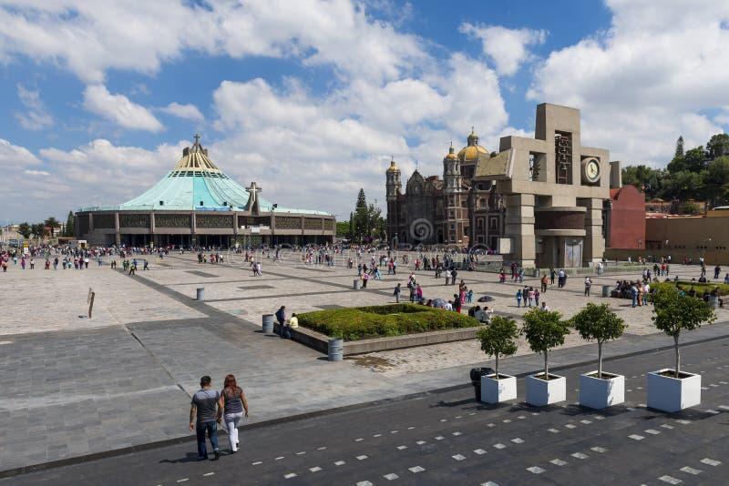 La gente alla basilica della nostra signora di Guadalupe, con la vecchia e nuova basilica sui precedenti, in Città del Messico immagini stock libere da diritti