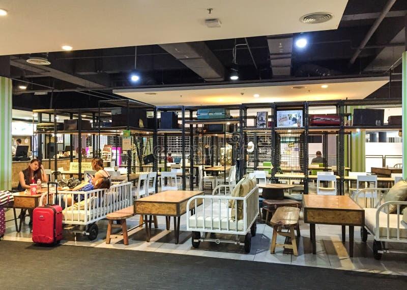 La gente alla caffetteria nell'aeroporto di Haneda, Giappone immagini stock libere da diritti