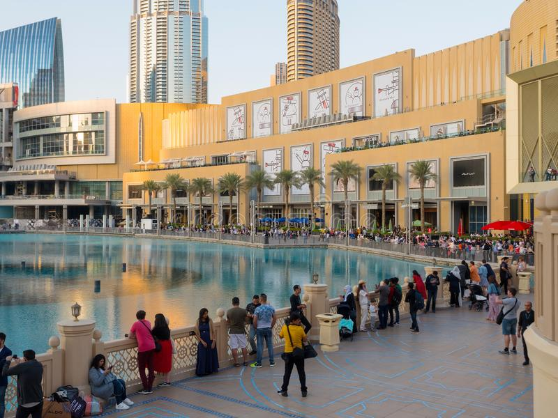 La gente alla fontana del Dubai nel centro commerciale del Dubai fotografie stock libere da diritti