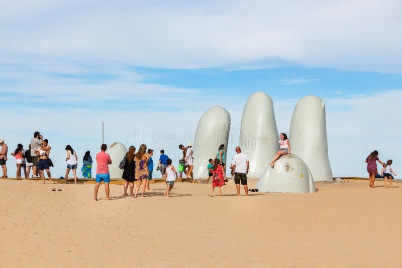 La gente alla La Mano della scultura in Punta Del Este, Uruguay immagini stock libere da diritti