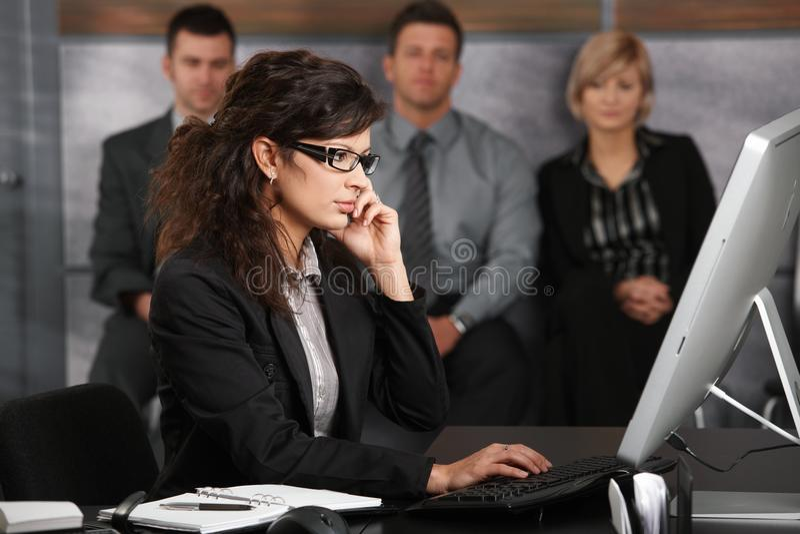 La gente alla ricezione dell'ufficio immagini stock libere da diritti