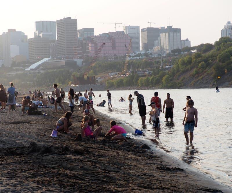 La gente alla spiaggia accidentale Edmonton Alberta immagini stock libere da diritti
