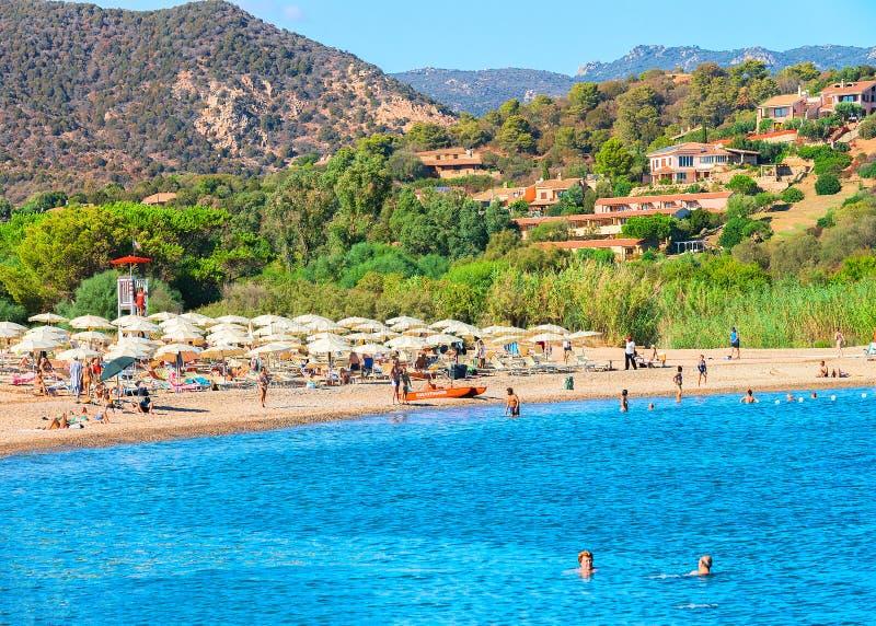 La gente alla spiaggia di Chia nel mare Sardegna di Mediterranian immagini stock libere da diritti