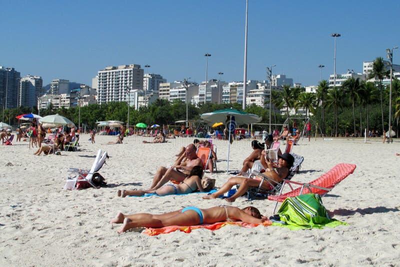 La gente alla spiaggia di Copacabana, Rio de Janeiro fotografie stock libere da diritti