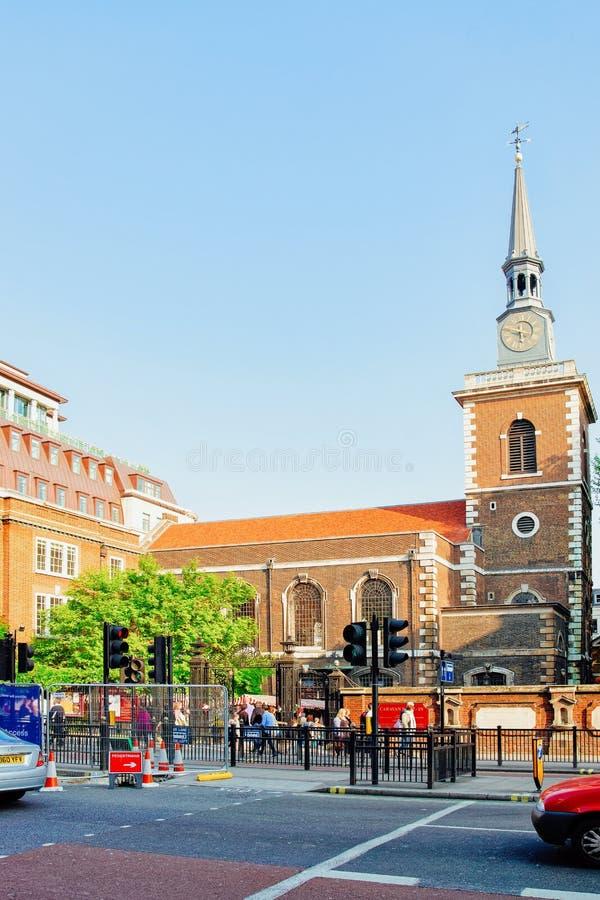 La gente alla st James Church sulla via di Clerkenwell a Londra fotografia stock