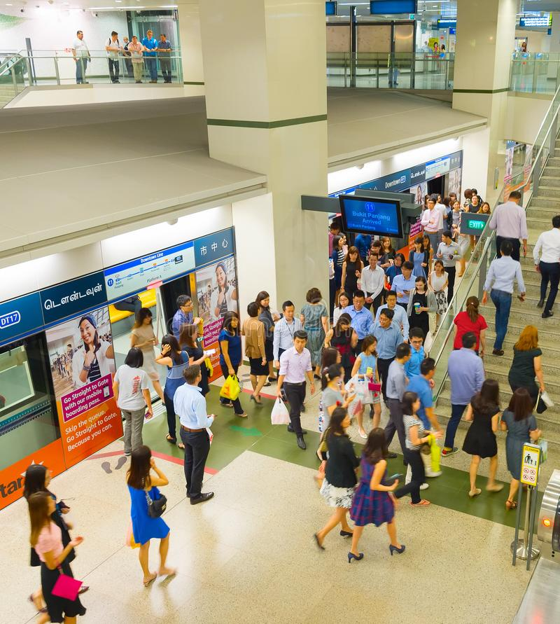 La gente alla stazione della metropolitana di Singapore immagini stock