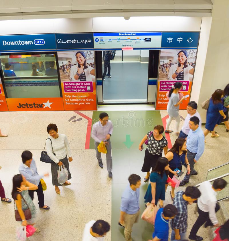 La gente alla stazione della metropolitana di Singapore fotografie stock libere da diritti