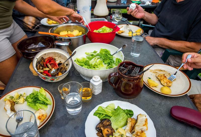 La gente alla tavola del barbecue in pieno di alimento fotografie stock libere da diritti
