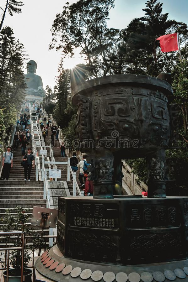 La gente alle scale a Tian Tan Buddha in Hong Kong China immagine stock