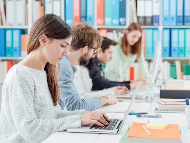 La gente allo spazio coworking fotografie stock libere da diritti