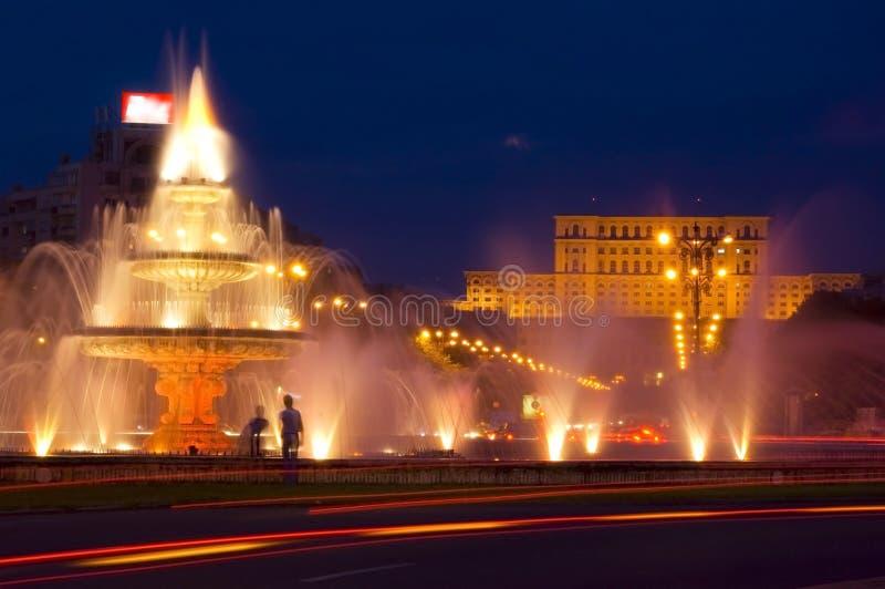 La gente alloggia alla notte a Bucarest immagini stock libere da diritti