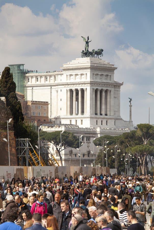 La gente ammucchia sotto l'altare del monumento della patria (piazza Venezia - Roma) fotografia stock libera da diritti