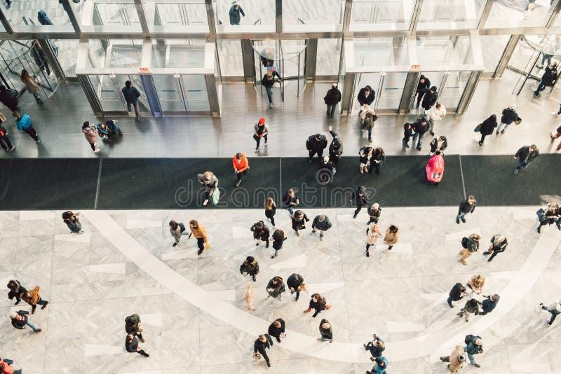 La gente aprieta caminar en la entrada del centro y del centro comercial de negocio Visión desde la tapa foto de archivo