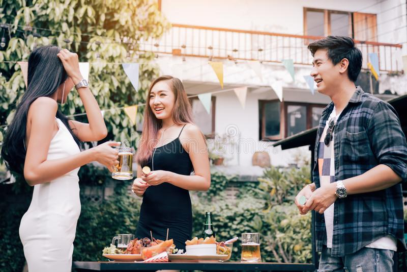 La gente asiática disfruta del partido junta el fin de semana en jardín foto de archivo libre de regalías