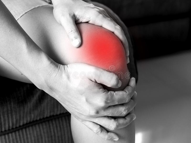 La gente asiática tiene dolor de la rodilla, dolor de problemas de salud en el cuerpo fotos de archivo
