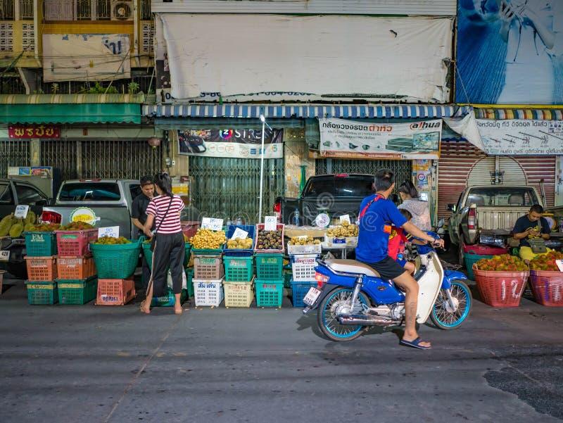 La gente asiática viene a hacer compras en mercado de la fruta en ciudad del rayong fotografía de archivo