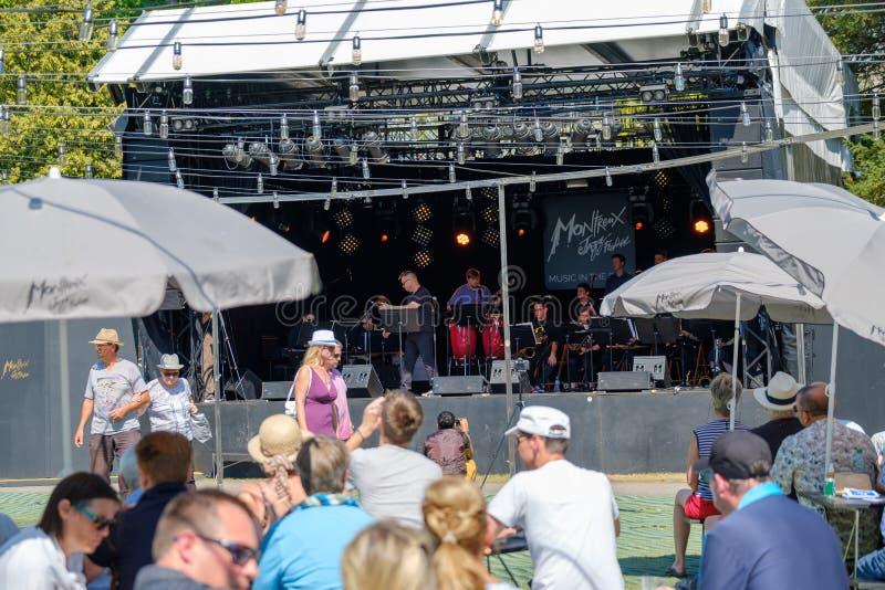 La gente assiste al concerto di musica in diretta durante il festival di jazz di Montreux fotografia stock