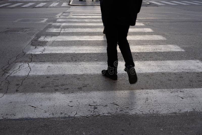 La gente attraversa gli attraversamenti fotografie stock libere da diritti