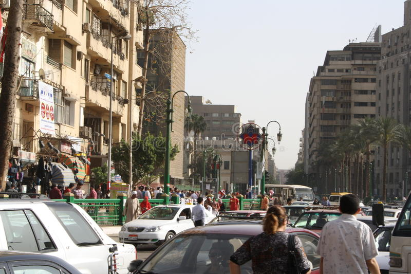 La gente, automobili, costruzioni nel tahrir del centro, Cairo Egitto fotografie stock