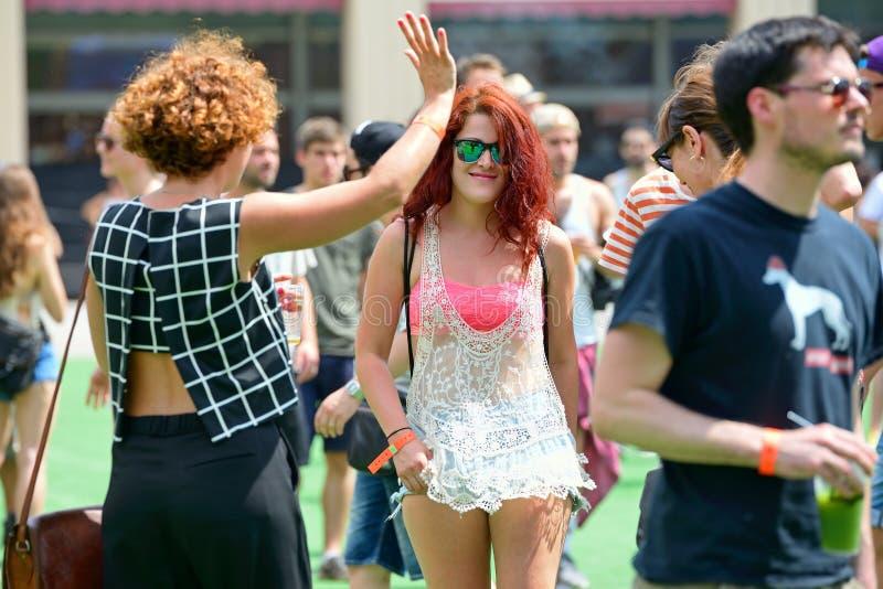 La gente baila y se divierte en el festival del sonar foto de archivo