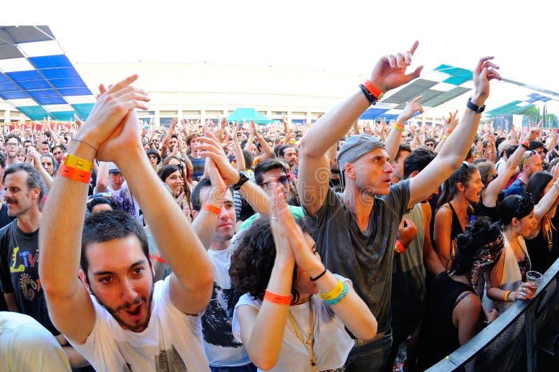 La gente baila y se divierte en el festival del sonar fotografía de archivo