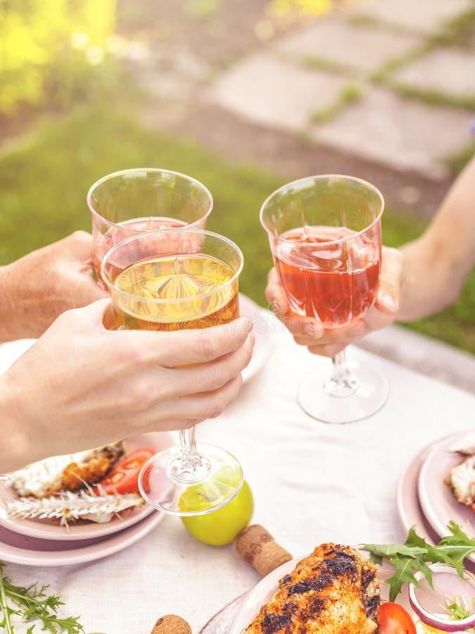 La gente bebe la rosa y el vino blanco Pati Backyard fotos de archivo