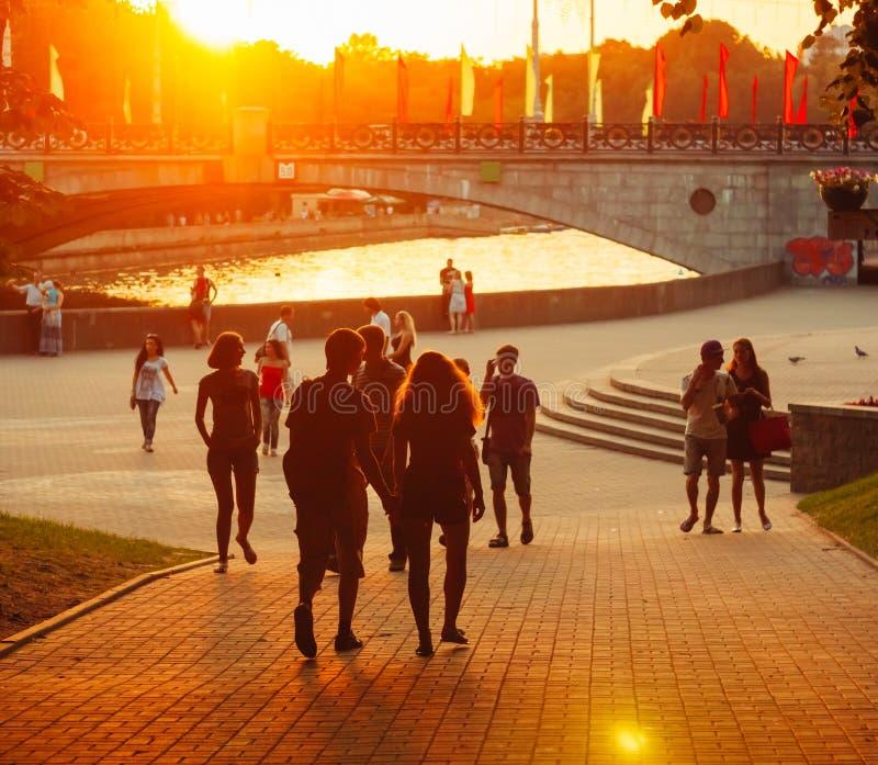 La gente bielorrusa joven está caminando a través del parque Gorki fotos de archivo libres de regalías