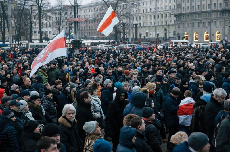 La gente bielorrusa participa en la protesta contra el decreto 3 en Minsk foto de archivo libre de regalías