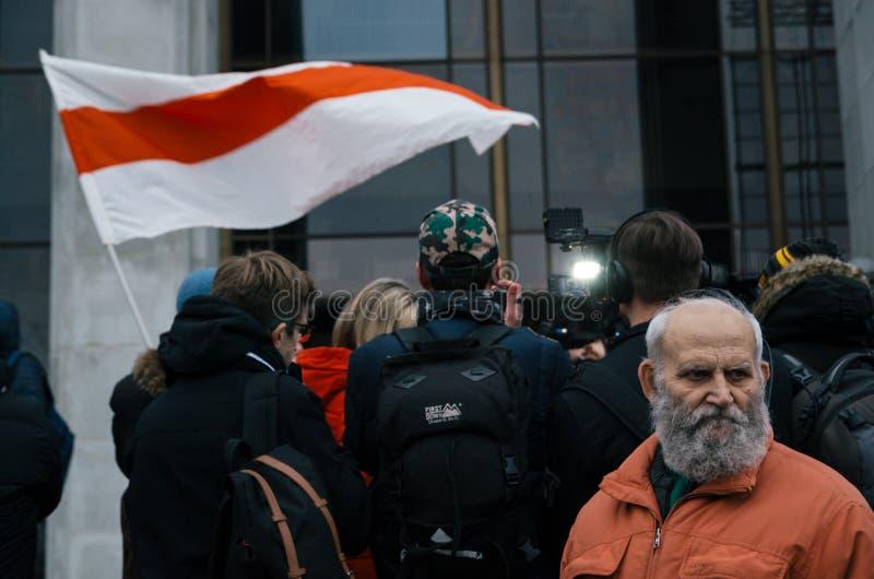 La gente bielorrusa participa en la protesta contra el decreto 3 en Minsk fotografía de archivo libre de regalías