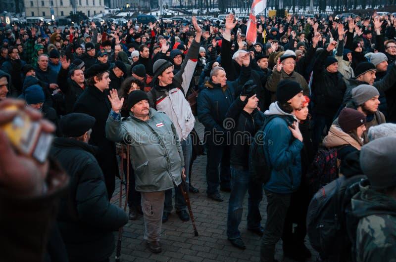 La gente bielorrusa participa en la protesta contra el decreto 3 en Minsk fotos de archivo