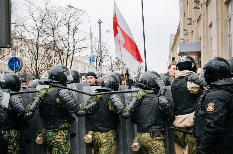 La gente bielorrusa participa en la protesta contra el decreto 3 en Minsk imagen de archivo