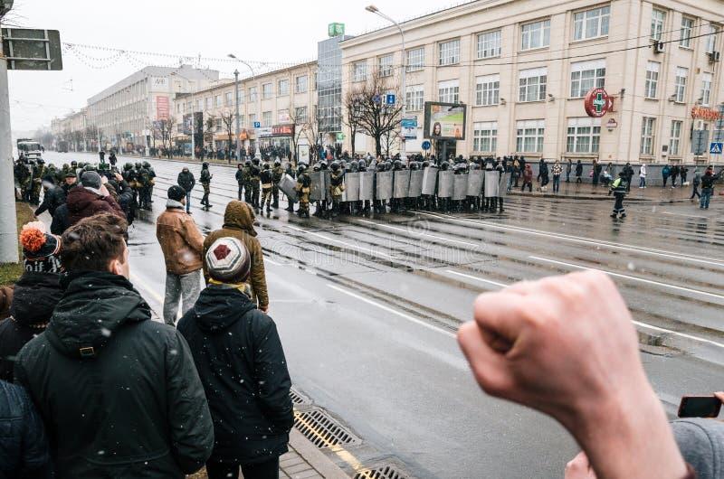 La gente bielorrusa participa en la protesta contra el decreto 3 en Minsk fotografía de archivo