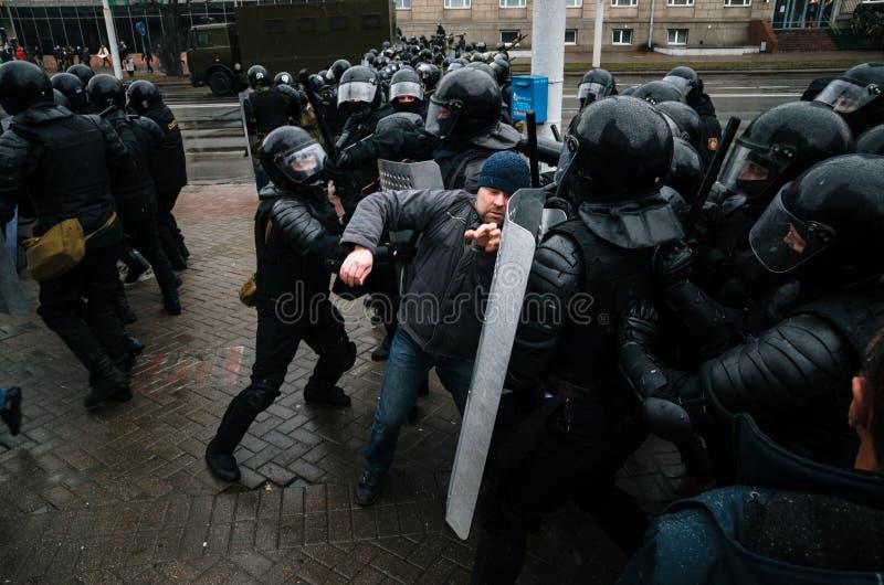La gente bielorrusa participa en la protesta contra el decreto 3 en Minsk imagen de archivo libre de regalías