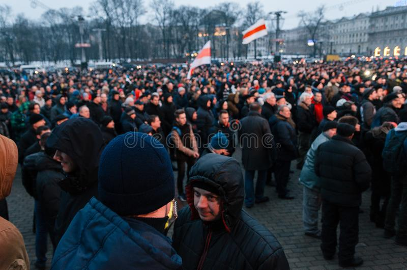 La gente bielorrusa participa en la protesta contra el decreto 3 en Minsk foto de archivo