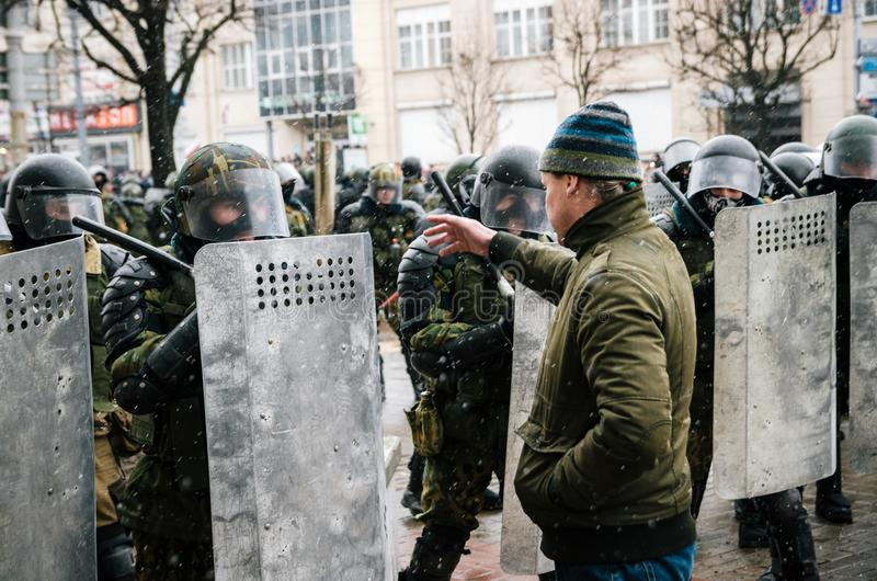 La gente bielorrusa participa en la protesta contra el decreto 3 en Minsk fotos de archivo libres de regalías