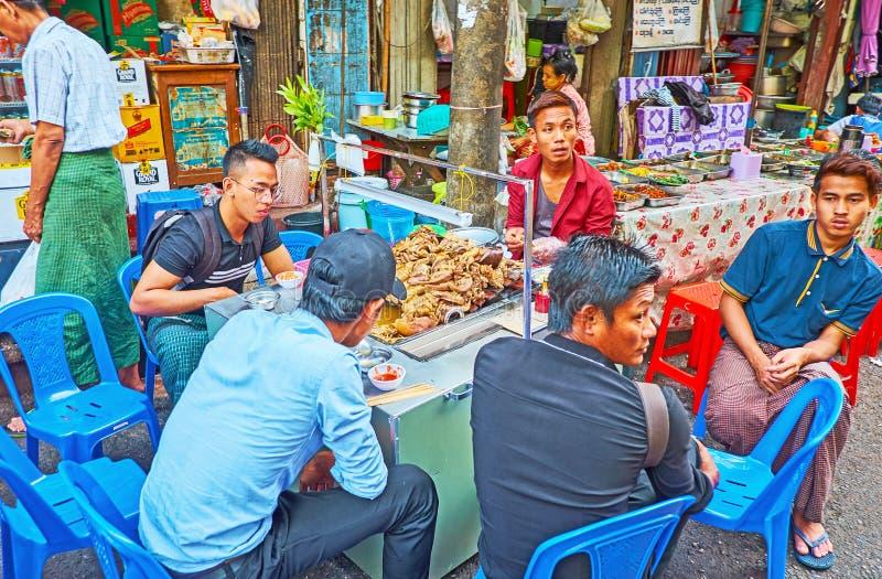 La gente birmana in alimento all'aperto si blocca, Rangoon, Myanmar immagini stock