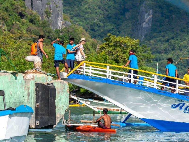 La gente a bordo per il giro di EL Nido, Palawan, Filippine, il 18 novembre 2018 fotografie stock libere da diritti