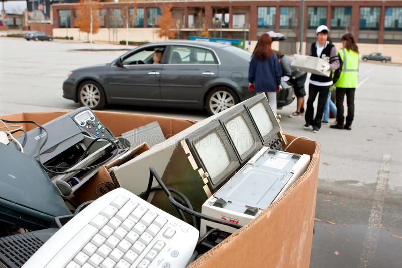 La gente cae apagado electrónica en el reciclaje de evento fotos de archivo libres de regalías
